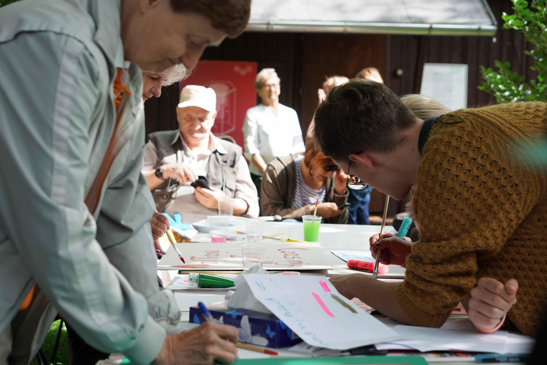 Parada Seniorów 2017- malowanie transparentow (115)