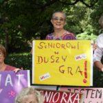 Parada Seniorów 2017- malowanie transparentow (48)